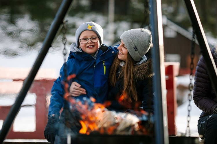Enjoying life by the campfire pan. Winter adventures at Fagernes Camping.